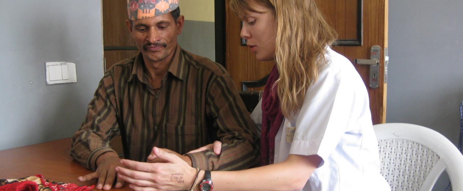 Una interna de Fisioterapia en Nepal adquiriendo experiencia trabajando con pacientes.